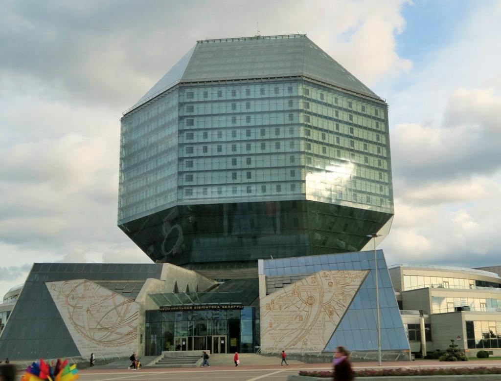 Kiertoajelulla näiemme kaupungin erikoisen kirjastorakennuksen